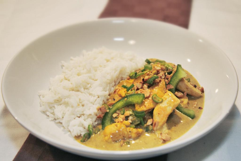 Hähnchen-Erdnuss-Curry mit Basmati-Reis