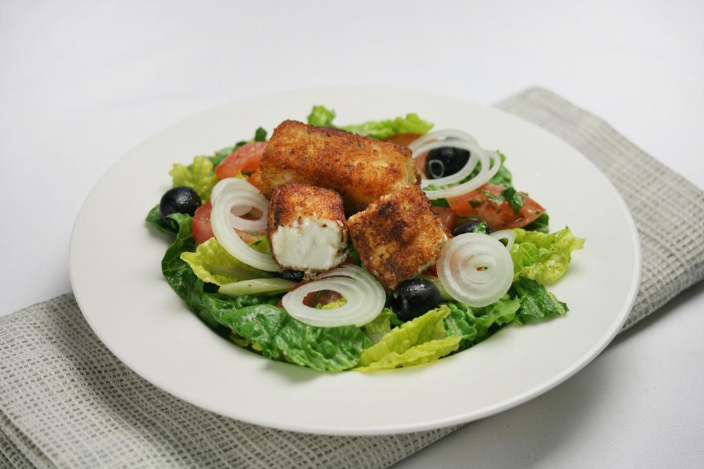 Salat Griechischer Art mit paniertem Feta