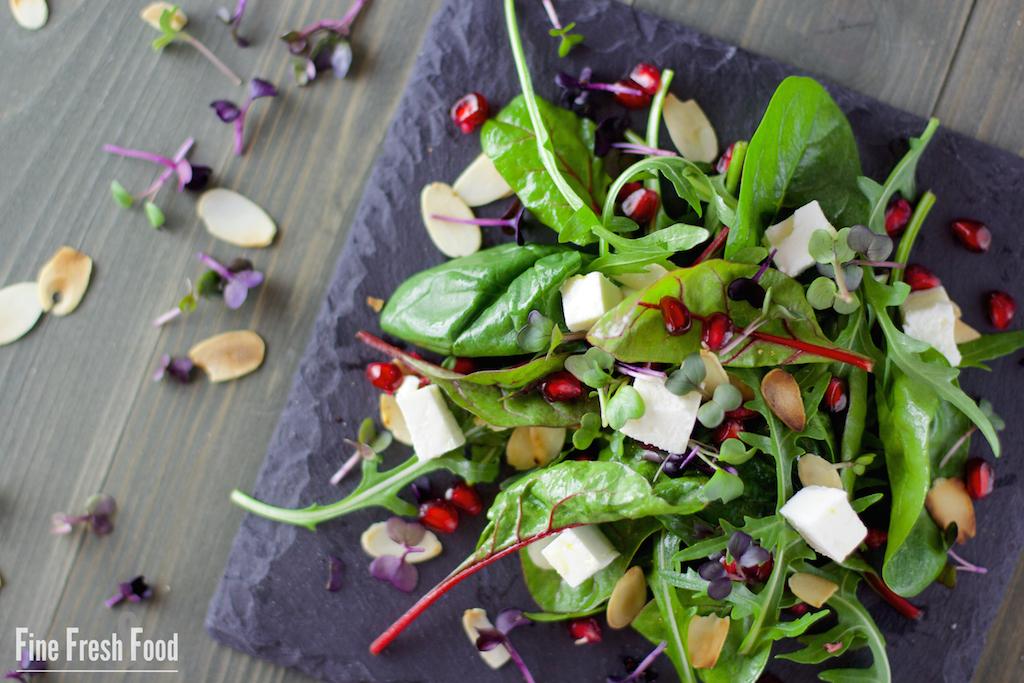 Blattsalat mit Granatapfel und Feta