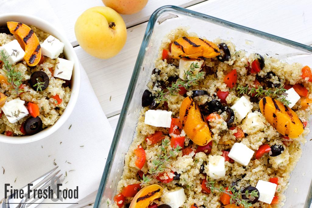 Quinoa Salat mit gegrillten Aprikosen und Feta