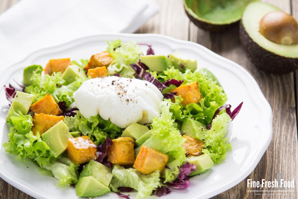 Süßkartoffel-Avocado-Salat mit pochiertem Ei