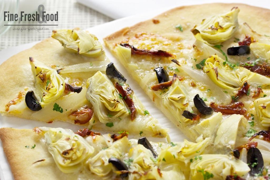 Pizza mit Artischocken und getrockneten Tomaten