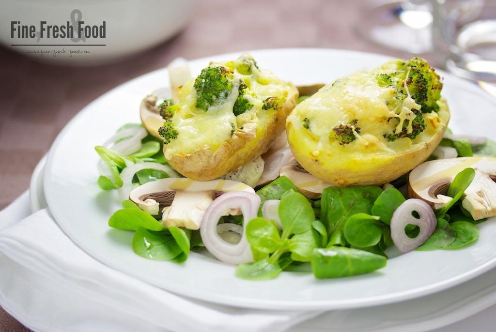 Kartoffeln gefüllt mit Brokkoli auf Feldsalat-Bett
