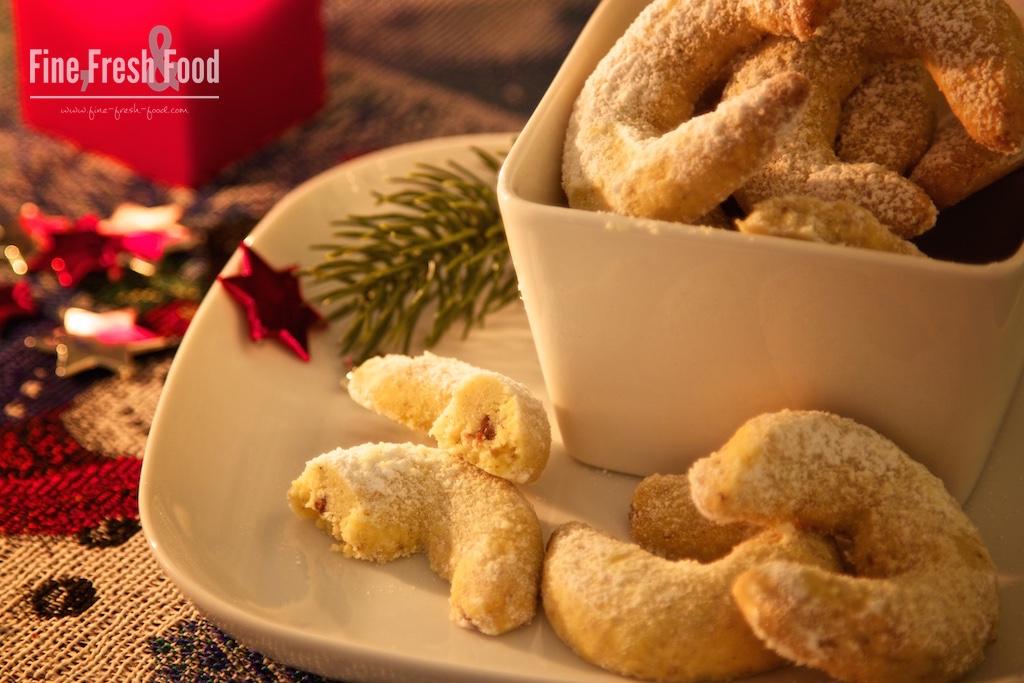 Haselnuss-Vanille-Kipferl mit Nougat-Kern