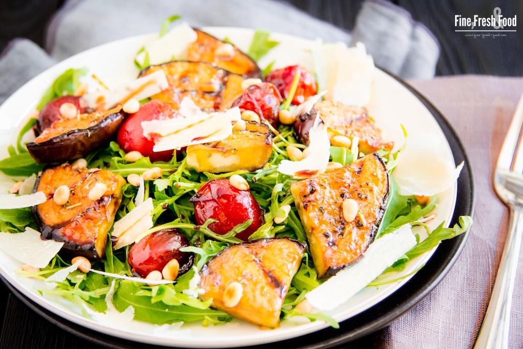 Rucola-Salat mit Balsamico-Tomaten und Aubergine
